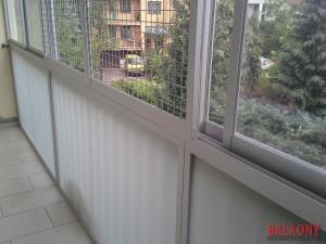 Zabudowa balkonu z kratami szyby