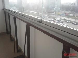 Zabudowa balkonu biala